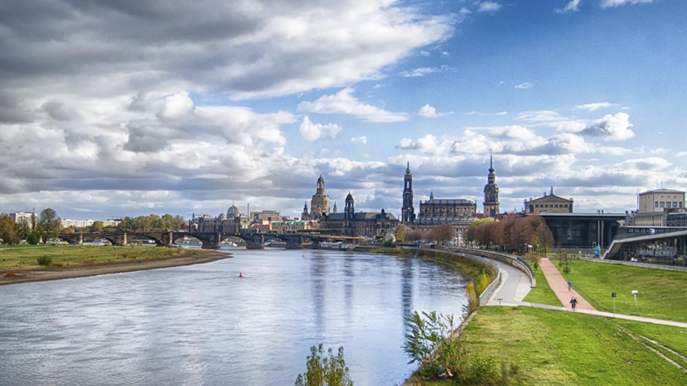 Blick von der Marienbrücke auf die Altstadt von Dresden, ICC rechts im Bild