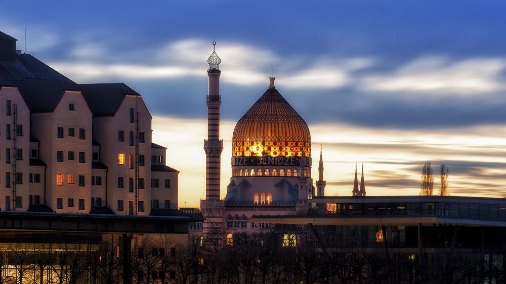 beleuchtete Kuppel der Yenidze in Dresden bei Sonnenuntergang